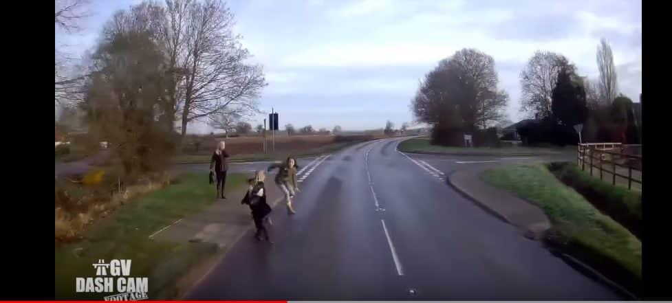 DZIECI wbiegły wprost pod koła kilkutonowej CIĘŻARÓWKI! Gdyby nie szybka reakcja MATKI i KIEROWCY pojazdu mogło dojść do TRAGEDII! (wideo)