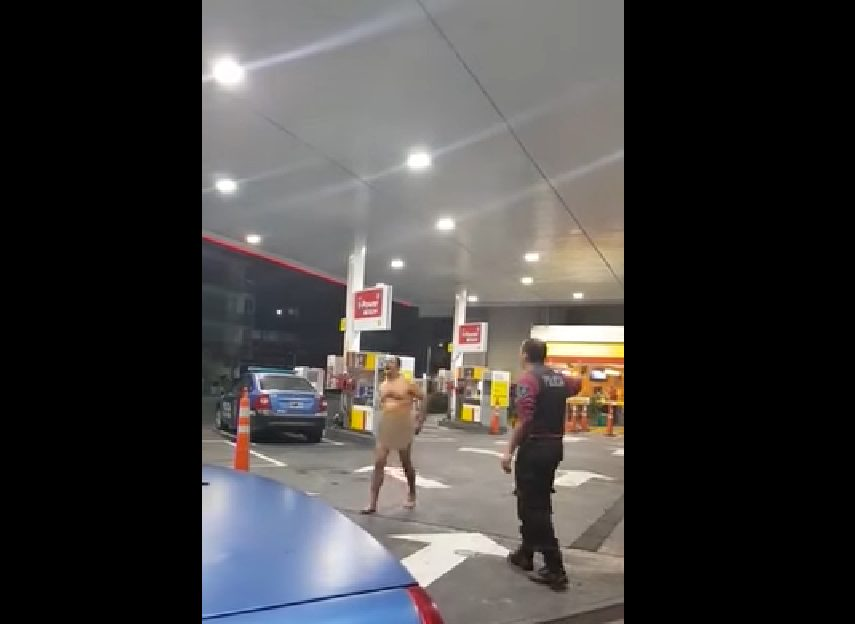 """Biegał NAGI po stacji benzynowej i błagał ludzi o POMOC! Okazało się, że w jego """"PUPIE"""" zakleszczył się (…)"""