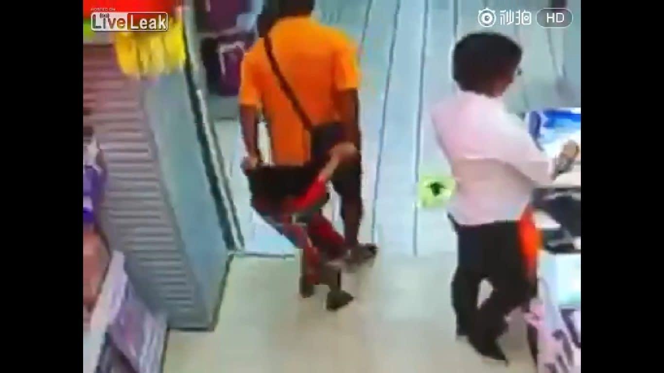 Niewinna ZABAWA ojca z 4-letnim synem zakończyła się TRAGICZNIE! Chłopiec został (…) przez swojego TATĘ! (wideo)