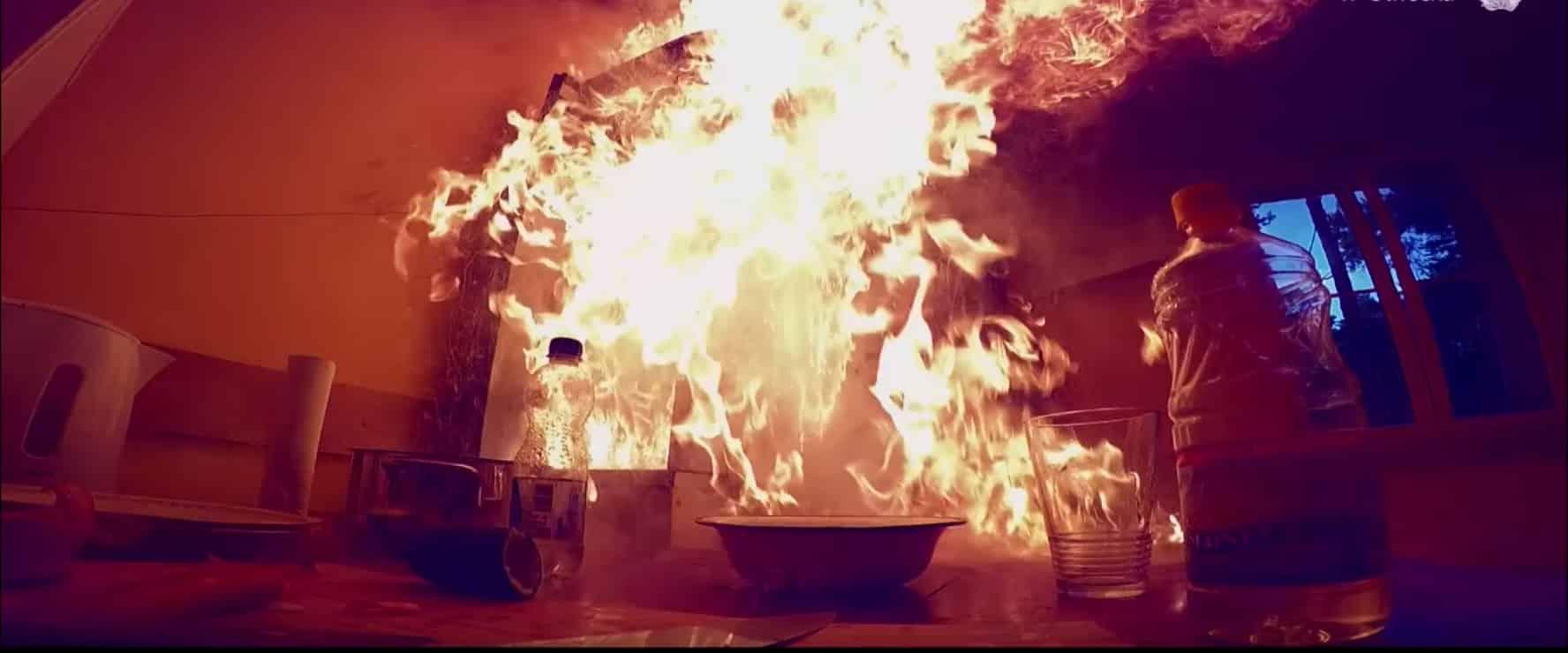 Próbowała ugasić WODĄ patelnię z płonącym OLEJEM! Chwilę później przekonała się, że był to bardzo ZŁY POMYSŁ!