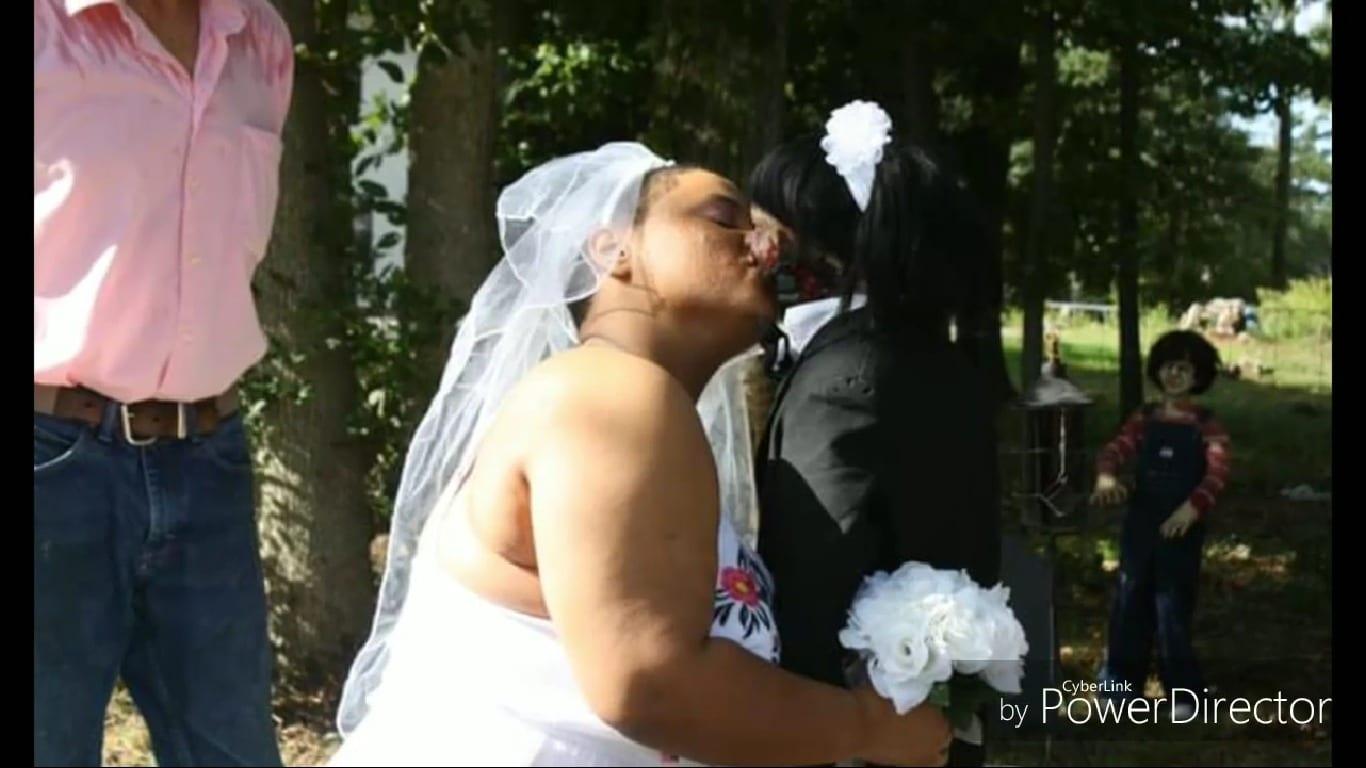 """Tuż przed swoim ŚLUBEM nikomu nie chciała pokazać swojego przyszłego MĘŻA. Kiedy goście weselni zobaczyli  za kogo """"WYSZŁA"""" byli PRZERAŻENI! (wideo)"""