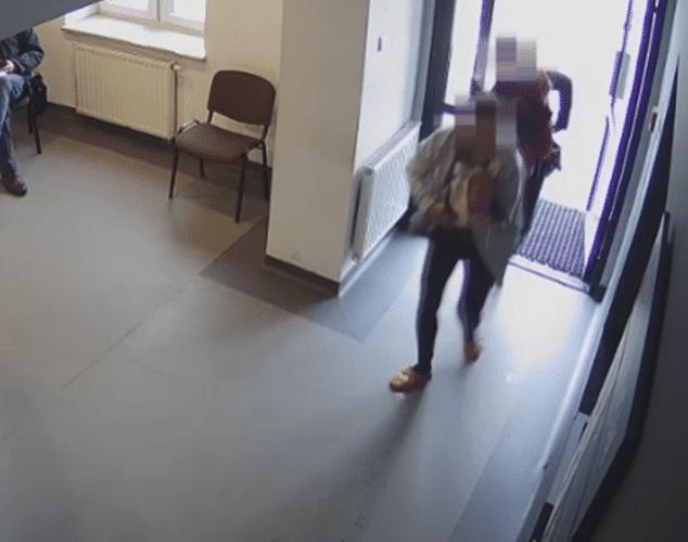 Dramatyczna akcja we Włoszczowie. Na komisariat wbiegła kobieta z dzieckiem, które… (VIDEO)