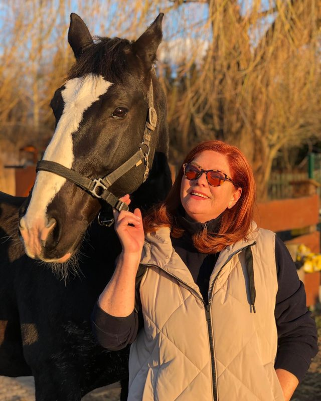 Kupiła zbyt dużo jedzenia dla koni. Katarzyna Dowbor przerobiła je na ciasto!