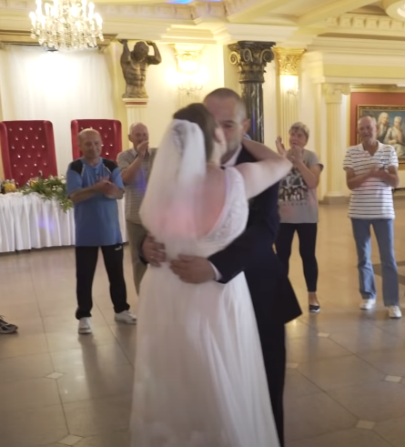 """Zorganizował wesele dla bezdomnych. """"Wymiociny jako efekty specjalne, nie trzeba fajerwerek"""" (VIDEO)"""